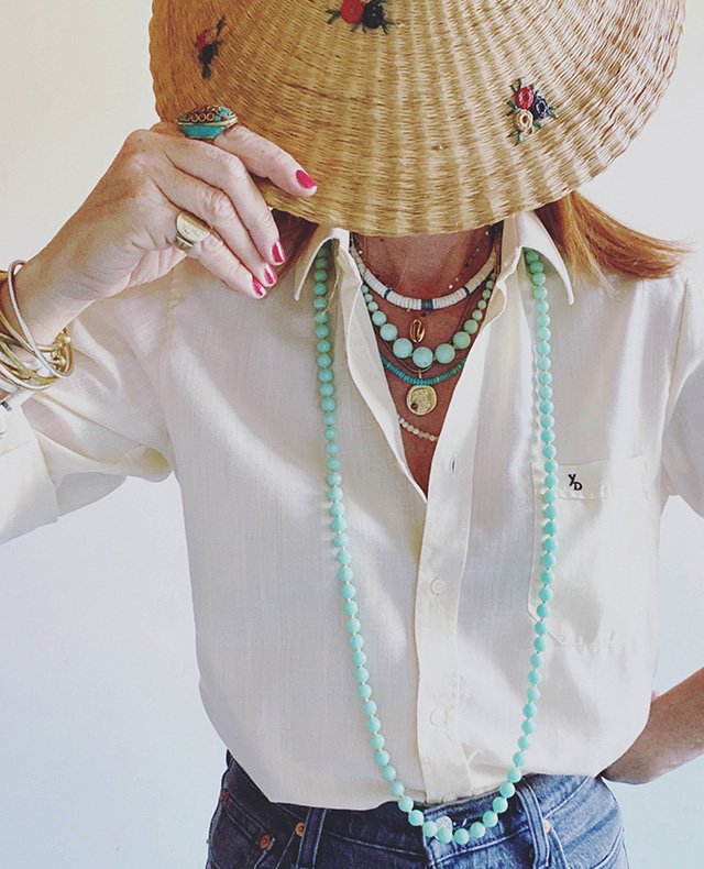 colliers-bijoux-vintage-1950-chemise-blanche